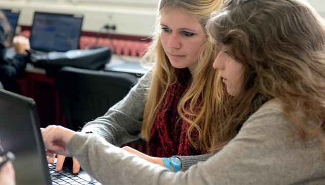 deux étudiantes regardent écran pc